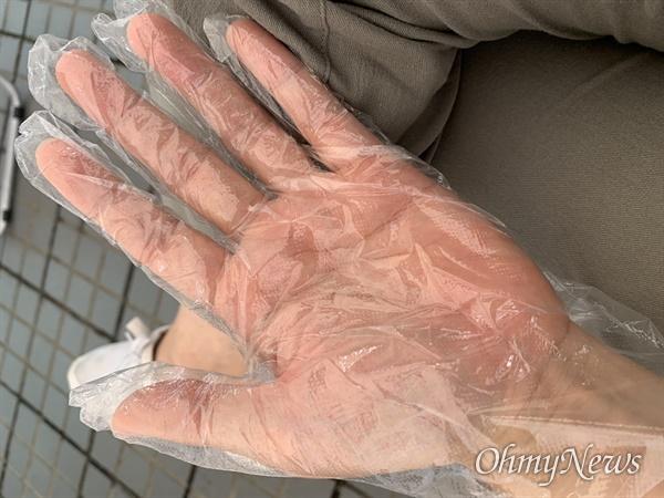 23일 코로나19 검사를 받기 위해 한 선별진료소를 찾아가자 입구에서 손을 소독하게 한 후 비닐장갑을 나눠줬다.