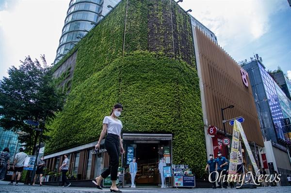 코로나19의 서울,경기 지역의 확산이 폭등하고 사회적거리두기 2 단계가 전국적으로 시행되고 있는 24일 서울 중구 명동 거리에 텅빈 거리에 시민들이 마스크를 쓰고 이동하고 있다.