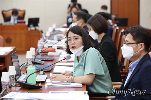 질의하는 용혜인 의원 용혜인 기본소득당 의원이 24일 오전 서울 여의도 국회에서 열린 기획재정위원회 전체회의에서 질의하고 있다.