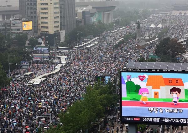 8.15보수단체 광화문 대규모 집회 강행 15일 오후 서울 세종대로에서 사랑제일교회, 자유연대 등 정부와 여당 규탄 집회 참가자들이 길을 가득 메우고 있다. 서울시의 집회금지명령으로 집회 대부분이 통제됐으나, 전날 법원의 집행정지 결정으로 종로구 동화면세점 앞과 중구 을지로입구역 등 2곳에서는 개최가 가능해지면서 인파가 몰렸다.