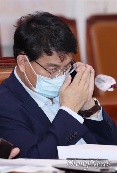 윤상현 무소속 의원이 25일 국회 문화체육관광위원회 전체회의에 참석, 누군가와 통화하고 있다.