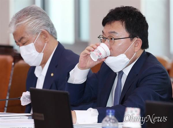 이상직 더불어민주당 의원이 25일 국회 문화체육관광위원회 전체회의에 참석, 목을 축이고 있다.