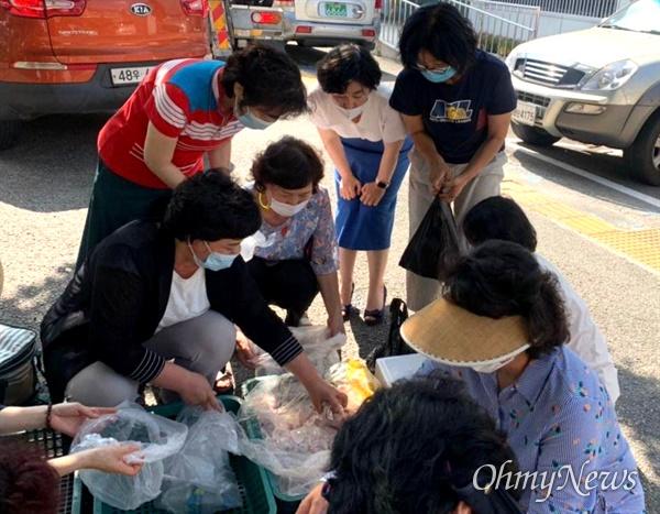봉사단체 '꽃들에게희망을'은 8월 24일 마산합포구 소재 식당 '백제13월'에서 받은 생닭과 삼계탕을 어르신들한테 배달했다.