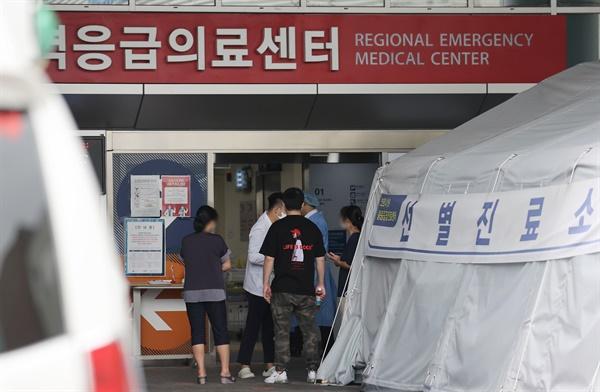 14일 서울의 한 대학병원 '응급의료센터' 앞에서 내원객과 환자 보호자들이 응급센터 의료진의 설명을 듣고 있다.