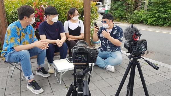 유튜브 촬영현장 김해 봉리단길에서 10대 학생들과 인터뷰를 하고 있다