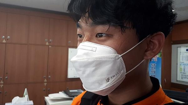 감염보호복을 입고  긴급 출동한 후 5분만에 돌아온 원종형 소방사의 얼굴에 땀이 송글송글 맺혀있다. 감염보호복이 얼마나 더운지 알 수 있었다.