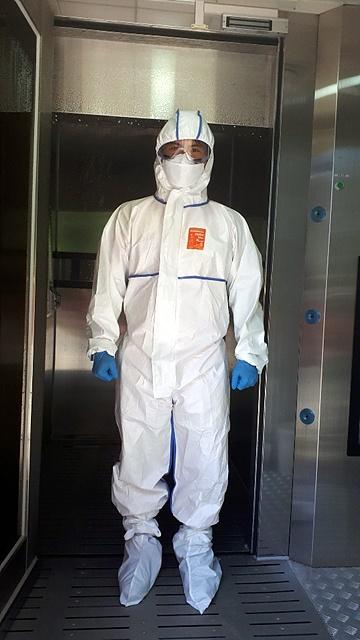 코로나 의심환자 후송차 출동했던 대원들은 119구급대 감염관리실에서 소독을 실시한다