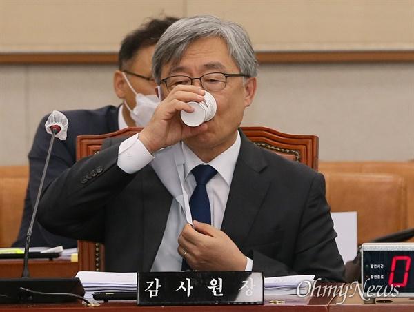 최재형 감사원장이 25일 오전 서울 여의도 국회에서 열린 법제사법위원회 전체회의에서 물을 마시고 있다.
