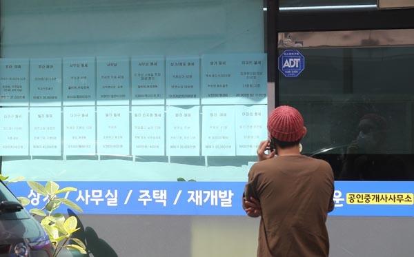 정부의 다중 규제에도 서울 집값이 좀처럼 쉽게 잡히지 않으면서 서울 외곽 지역에서도 아파트값이 9억원을 넘기고 보증금 5억원이 넘는 전세가 나오고 있다. 사진은 23일 서울 시내의 한 부동산중개업소 모습. 2020.8.23