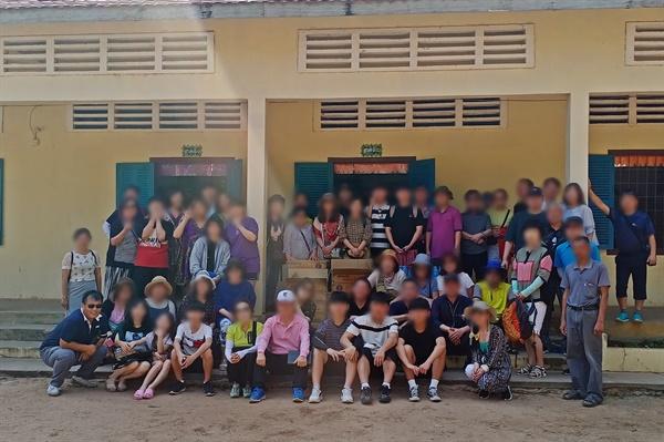 캄보디아 시엠립에서 가이드로 일하며 현재 캄보디아시엠립한인회장을 맡고 있는 박우석씨가 코로나19 이전 여행객들과 찍은 사진.