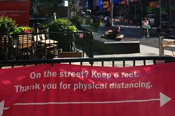 미국 뉴욕에서 여행가이드로 활동하고 있는 윤상진씨가 코로나19 이후 현지의 모습을 담은 사진을 보내왔다. 타임스퀘어 광장에 6피트(약 1m 80cm) 거리두기를 권고하는 현수막이 걸려 있다.