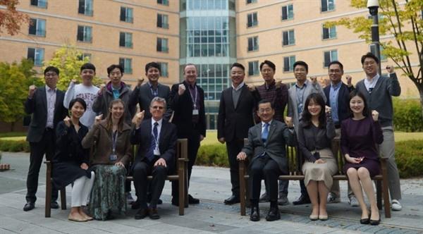 충남삼성고를 방문한 IB본부 컨설턴트들이 학교 관계자들과 함께 했다.