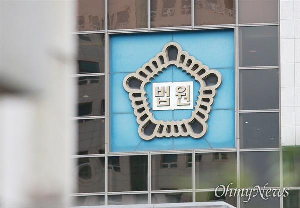 부산지법 서부지원이 지난 총선에서 진보정당 지지를 호소했던 청소년 당원의 활동을 막지 않지 않거나 동원했다는 혐의로 기소된 노동당 부산시당 배성민 위원장에 대해 유죄를 선고했다.