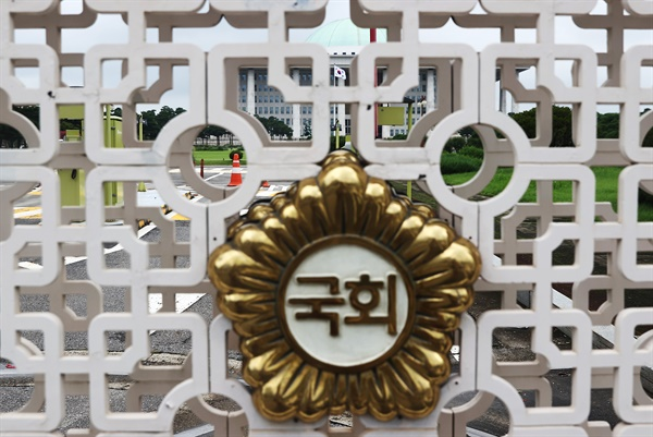 국회는 코로나19 방역을 위해 전날에 이어 28일도 본관, 의원회관, 소통관을 폐쇄한다.
