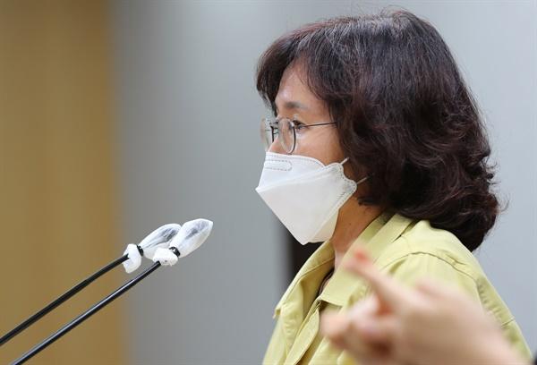 박유미 서울시 재난안전대책본부 방역통제관이 28일 오전 서울시청 기자실에서 코로나19 발생현황 및 주요 대책현황을 발표하고 있다.
