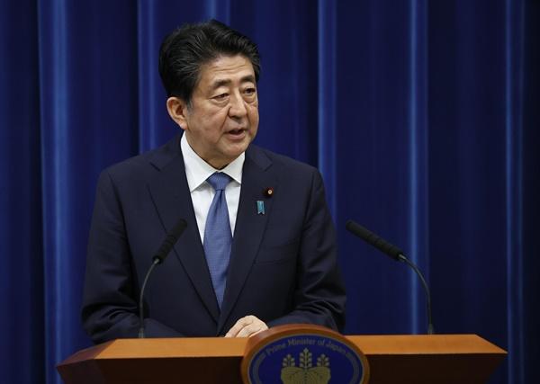 """아베 신조(安倍晋三) 일본 총리가 28일 오후 총리관저에서 열린 기자회견에서 사의를 공식 표명했다.  아베 총리는 이날 NHK를 통해 생중계된 회견에서 """"사임하기로 했다""""고 밝혔다."""