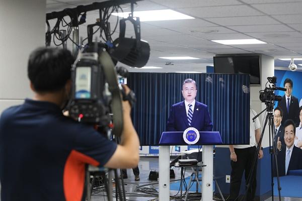 문재인 대통령이 29일 오후 서울 여의도 당사에서 열린 더불어민주당 온택트 전당대회에서 영상화면을 통해 축사하고 있다.