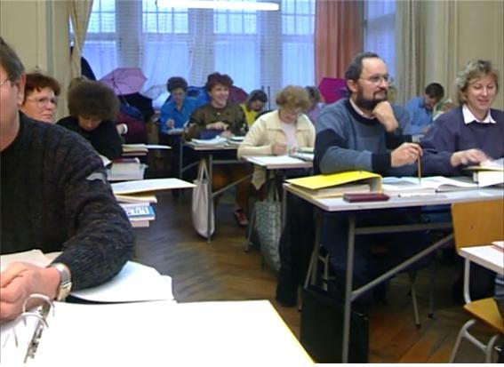 독일 통일 후 새로운 체제의 세금제도에 대해 배우고 있는 동독 주민들