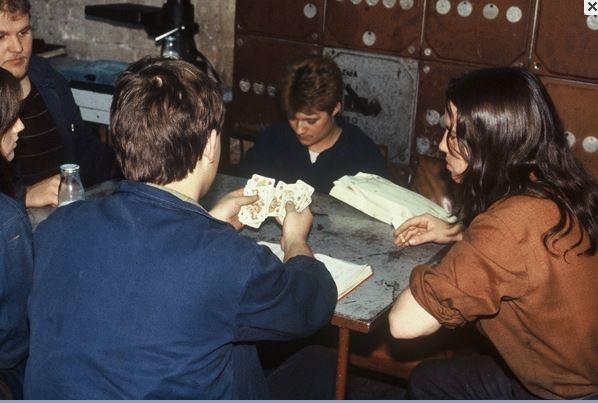 동독 시절 쉬는 시간에 여가를 즐기고 있는 동독 기업(Betrieb)의 근로자들 모습
