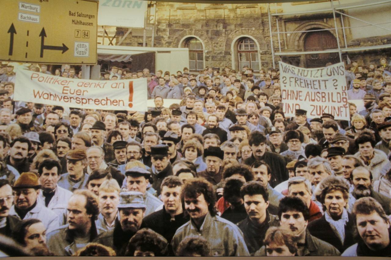 통일 이후 대량 실업에 항의하는 동독 주민의 시위 장면