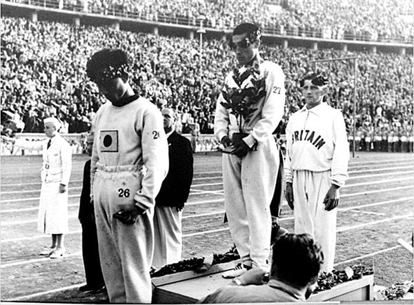 베를린올림픽 1936 베를린 올림픽 마라톤 시상식. 손기정과 남승룡이 시상대 위에 서 있다.
