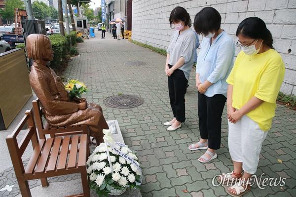 일본군 '위안부' 피해자인 이막달(96) 할머니가 지난 29일 별세한 가운데, 부산지역 소녀상 지킴이들이 31일 부산 소녀상을 찾아 추모하고 있다.
