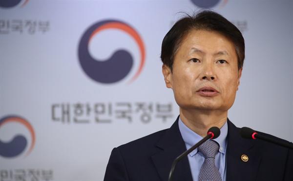 김강립 보건복지부 차관이 31일 정부서울청사 브리핑실에서 '전공의 의사 국가고시 실기시험 1주일 연기'를 발표하고 있다.