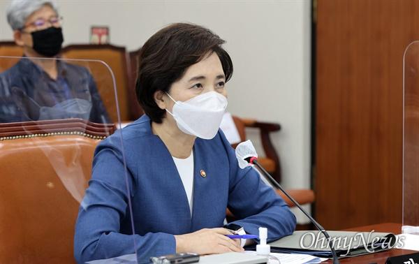 유은혜 부총리 겸 교육부 장관이 31일 오후 서울 여의도 국회에서 열린 교육위원회 전체회의에서 의원들의 질의에 답하고 있다.