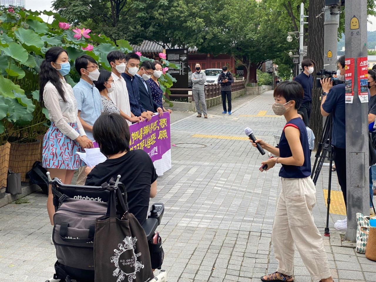 """일본군 '위안부' 피해자들의 거주시설 나눔의집 후원자들과 봉사자, 경기 광주시역 시민단체들은 1일 서울 종로구 조계사 앞에서 기자회견을 열어 """"'위안부' 피해자 할머니들이 다 돌아가신 후 시민들이 보내 준 후원금을 가지고 '호텔식 요양원'을 짓자는 논의를 했다는 보도를 접한 후 그동안 후원, 봉사를 해온 우리들은 참을 수 없는 슬픔과 분노를 느꼈다""""고 말했다."""