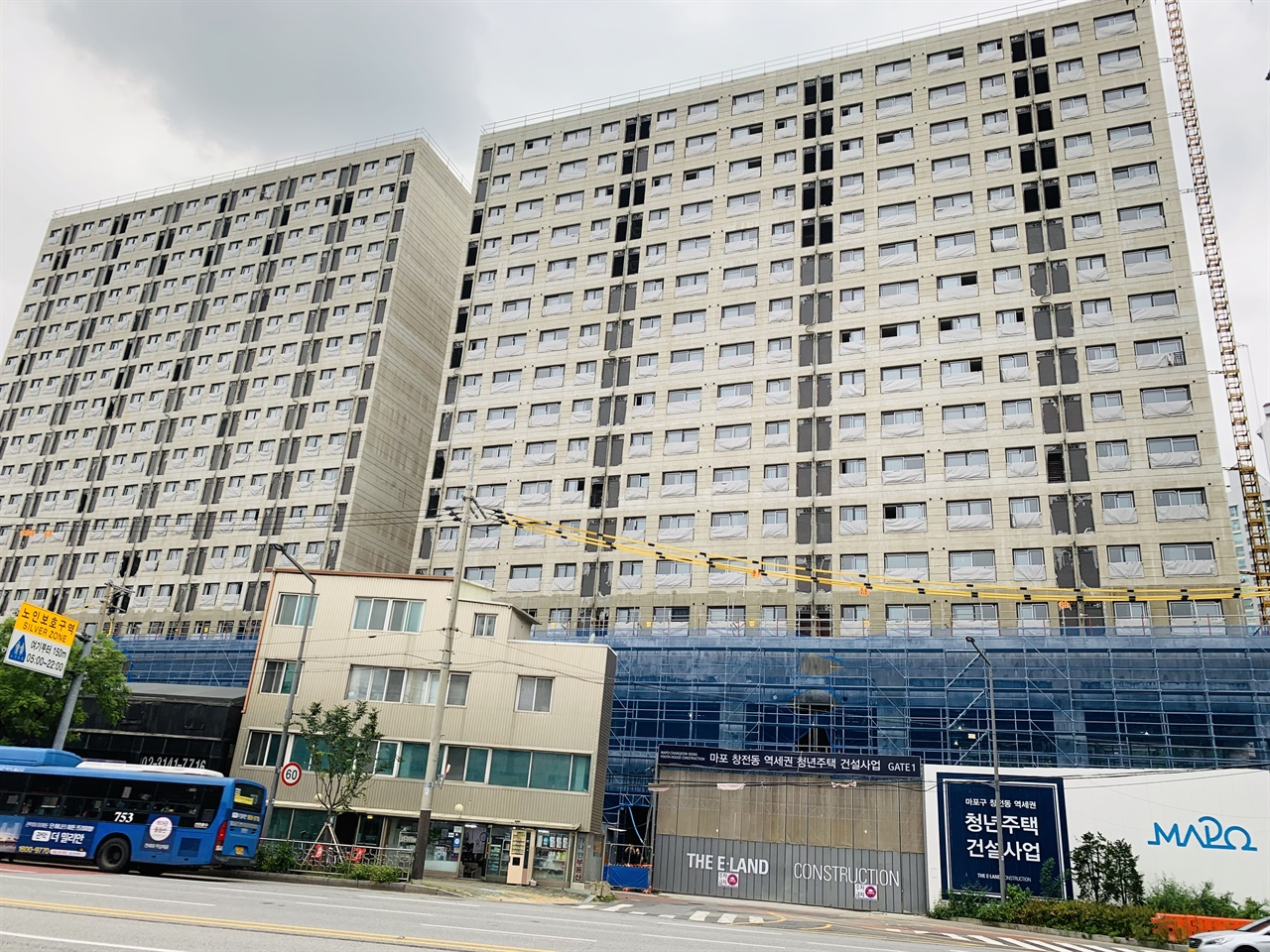 ▲ 광흥창역 인근 청년주택의 모습, 빼곡히 들어찬 창문의 모습이 닭장을 연상케 한다.