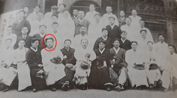 1919년 대구노동학교에서 열린 청년회의소 모임 사진으로, 동그라미 표시된 사람이 현진건이고, 그의 뒤 왼쪽 검은두루마기를 입은 사람이 이상화이다. (윤장근, <대구문단인물사> 사진)