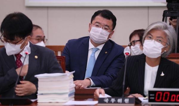 최종건 외교부 1차관(가운데)이 8월 25일 서울 여의도 국회에서 열린 외교통일위원회 전체회의에서 의원 질의를 듣고 있다.