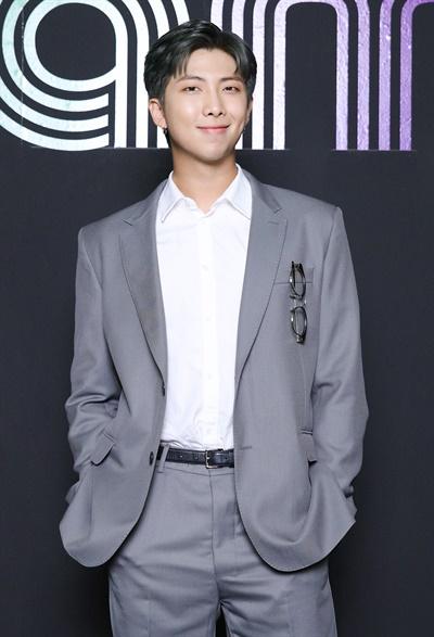 '방탄소년단' RM, 터지기 직전의 기쁨 방탄소년단이 한국 가수 최초로 미국 빌보드 메인 싱글 차트 'HOT 100'에서 'Dynamite'로 1위를 차지했다. 방탄소년단의 RM이 2일 오전 온라인으로 열린 글로벌 미디어데이에서 포즈를 취하고 있다.