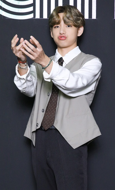 '방탄소년단' 뷔, 즐거운 1위 방탄소년단이 한국 가수 최초로 미국 빌보드 메인 싱글 차트 'HOT 100'에서 'Dynamite'로 1위를 차지했다. 방탄소년단의 뷔가 2일 오전 온라인으로 열린 글로벌 미디어데이에서 포즈를 취하고 있다.