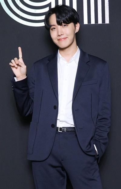 '방탄소년단' 제이홉, 1위 차지한 기자들의 희망 방탄소년단이 한국 가수 최초로 미국 빌보드 메인 싱글 차트 'HOT 100'에서 'Dynamite'로 1위를 차지했다. 방탄소년단의 제이홉이 2일 오전 온라인으로 열린 글로벌 미디어데이에서 포즈를 취하고 있다.