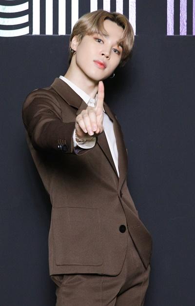 '방탄소년단' 지민, 다이너마이트급 1위 포즈 방탄소년단이 한국 가수 최초로 미국 빌보드 메인 싱글 차트 'HOT 100'에서 'Dynamite'로 1위를 차지했다. 방탄소년단의 지민이 2일 오전 온라인으로 열린 글로벌 미디어데이에서 포즈를 취하고 있다.