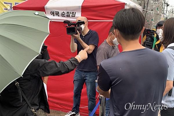 2일 오전 전광훈 목사의 기자회견이 예고된 사랑제일교회 앞. 전 목사 측이 한 방송사의 취재를 거부하자 실랑이가 벌어졌고 한 신도가 삿대질을 하며 항의하고 있다.