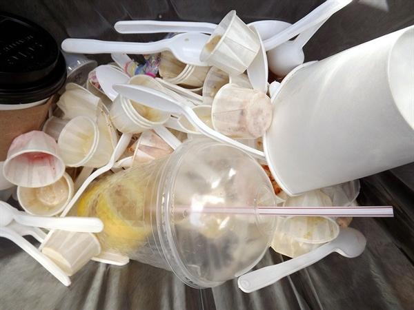 생활을 하다보면 수시로 쓰레기가 쌓인다. 생수병, 캔과 플라스틱 용기, 스티로폼을 각각 모아 주 1~2회 분리배출 쓰레기로 내놓고 있다