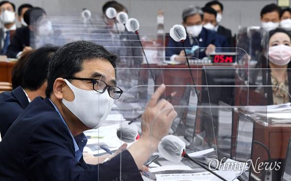 미래통합당 곽상도 의원이 2일 국회에서 열린 운영위원회에서 노영민 청와대 비서실장에게 질의하고 있다.