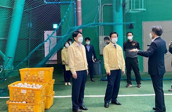서산시 성연면 한화이글스 2군 경기장을 찾은 양승조 지사와 맹정호 서산시장