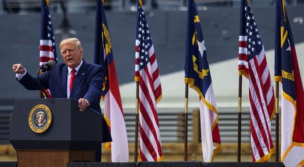 노스캐롤라이나주 윌밍턴에서 연설하는 도널드 트럼프 미국 대통령  노스캐롤라이나주 윌밍턴에서 연설하는 도널드 트럼프 미국 대통령