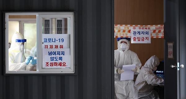국내 신종코로나바이러스 감염증(코로나19) 신규 확진자가 248명 발생한 31일 오전 서울 성동구보건소에 마련된 선별진료소에서 의료진이 업무를 보고 있다.