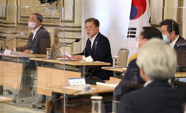 문재인 대통령이 3일 오전 청와대에서 제1차 한국판 뉴딜 전략회의를 주재하고 있다.