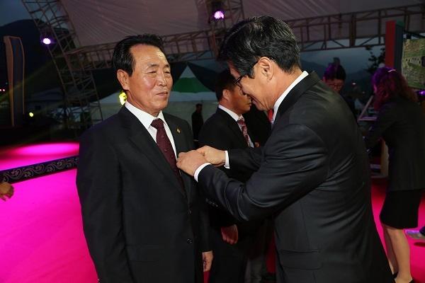 2013산청엑스포 유공으로 대통령 포장을 받고 있는 김호용 이사장