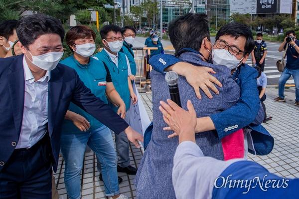 전교조 권정오 위원장과 조합원이 3일 오후 서울 서초구 대법원 앞에서 법외노조 통보 취소 소송 상고심 승소 후 포옹을 하고 있다.