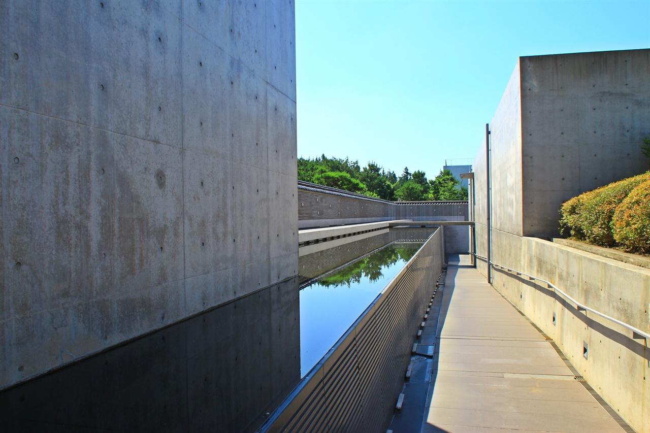 안도 타다오의 트레이드 마크인 노출 콘크리트에 빛과 물을 건축 요소로 끌어들인 전통담장길 모습