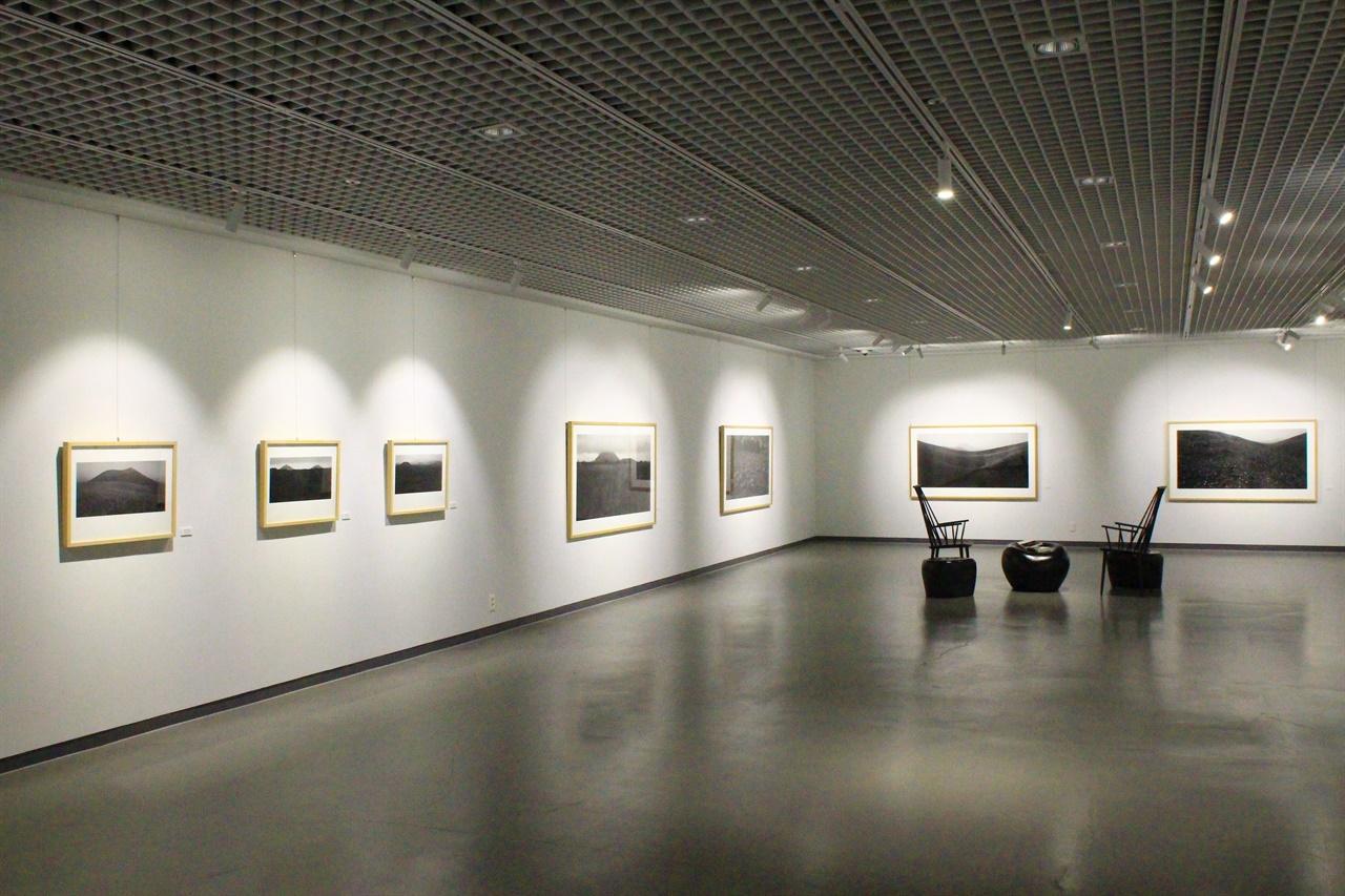 포도호텔 지하에 유명 작가들의 제주도 관련 작품이 전시된 포도 갤러리 모습