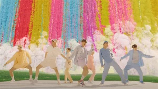 방탄소년단의 '다이너마이트'는 영어 가사부터 미국 현지에서 유행하는 장르와 실제 장소에서 뮤직비디오를 촬영, 팬덤을 독려한 소속사의 전략적인 결과물이다.