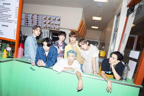 방탄소년단의 '다이너마이트'는 미국 음악 시장에 케이팝 팬덤의 존재를 대대적으로 과시한 대표적인 사례로 남게 될 것이다.