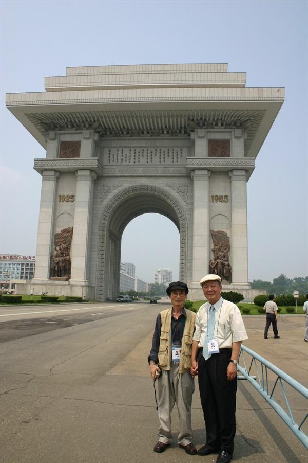 남북민족작가대회 당시 평양 개선문 앞에서 남정현 선생(왼쪽)과 함께(2005. 7.)